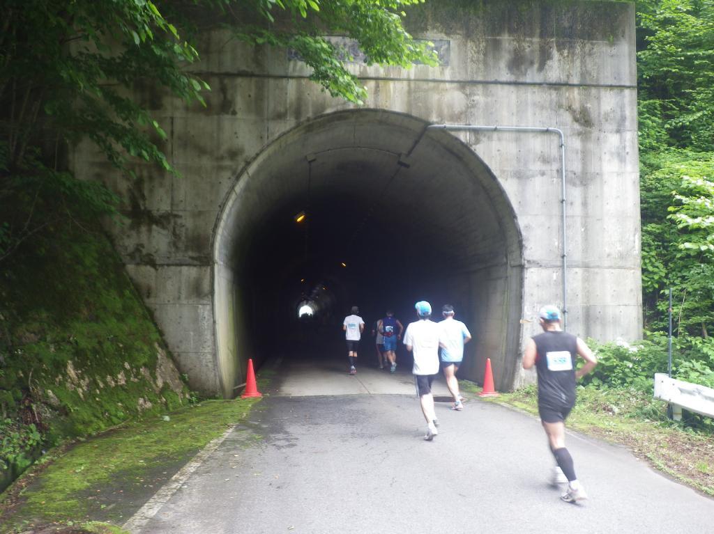 トンネルを抜け
